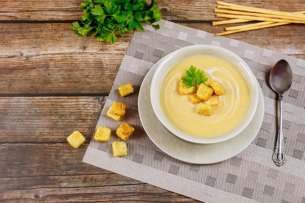 クルトンとイタリアパンのスティックが入ったマッシュルームのクリーミーなスープ