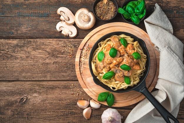 Грибная паста с базиликом и чесноком на разделочной доске. концепция домашней посуды. вид сверху.
