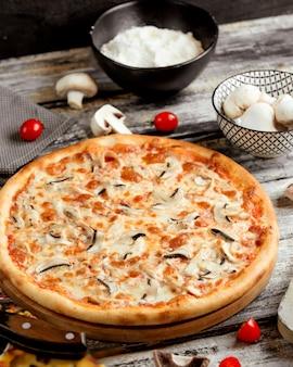 테이블에 버섯 피자