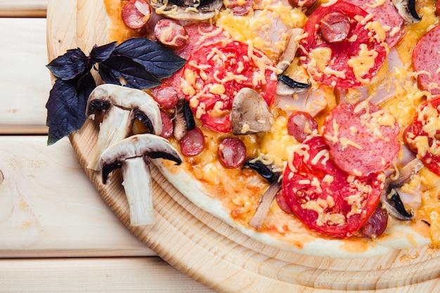 木製のテーブルにキノコのピザ