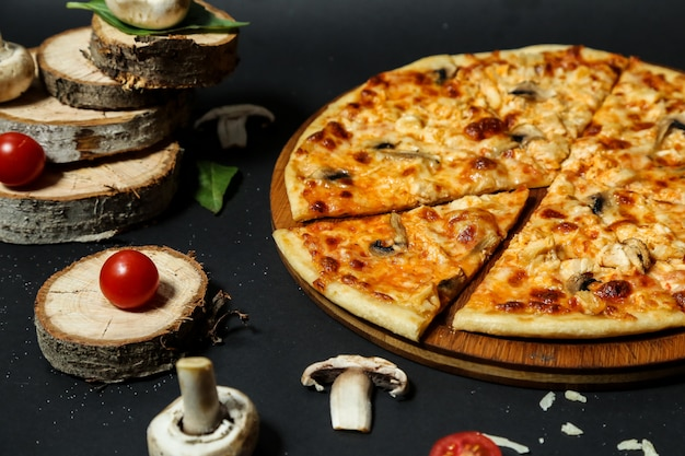Pizza ai funghi con funghi a fette e pomodoro