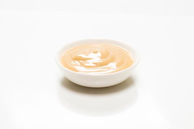 Грибной соус в миске на белом фоне. вид сверху.