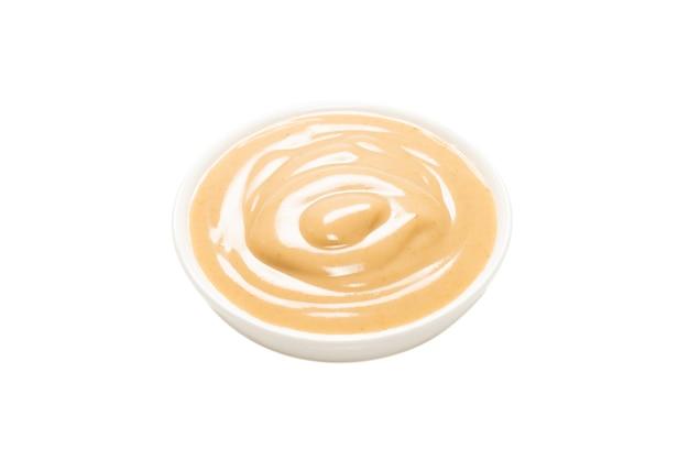 Грибной соус в миске, изолированной на белой поверхности. вид сверху.