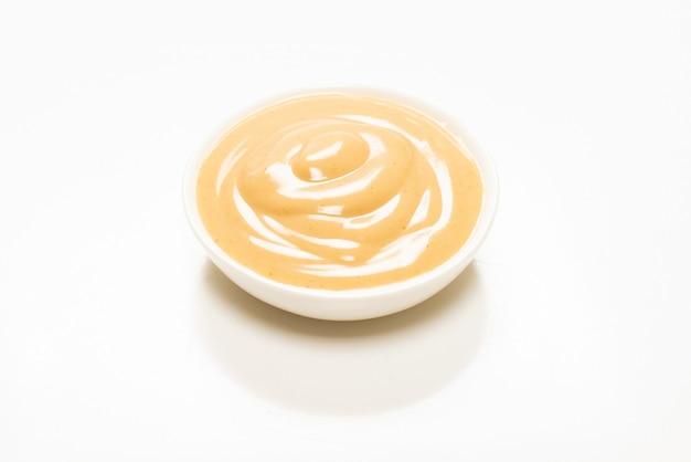 Грибной соус в миске, изолированной на белой поверхности
