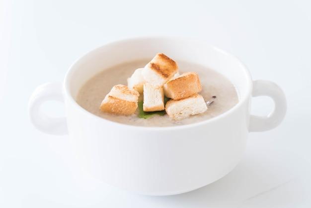 Грибной суп и хлеб в белой керамической чашке