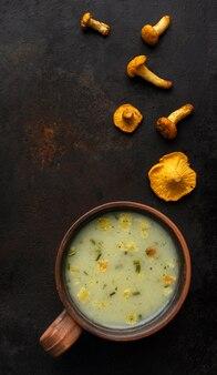 Грибной суп и небольшие кусочки грибов