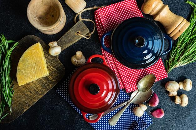 暗いコンクリートのセラミック鍋でキノコスープ料理のコンセプト