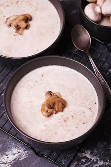 きのこスープ。新鮮なキノコのスープ。野菜入りクリームスープ2皿
