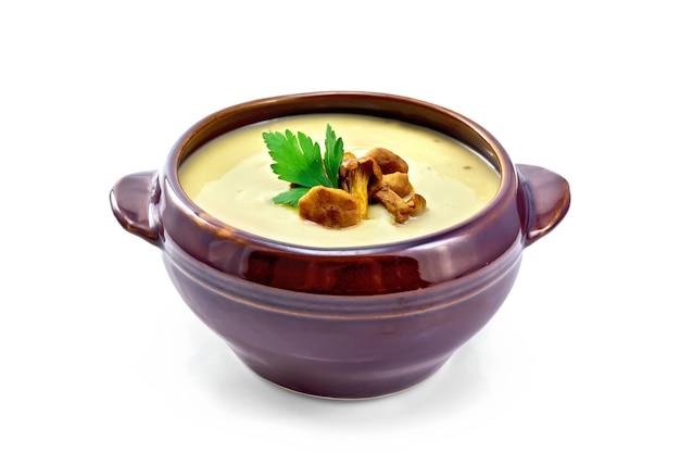 Грибной суп с лисичками в глиняной миске, изолированные на белом фоне