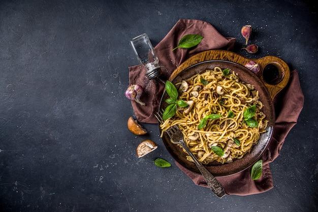 Паста из грибных спагетти со сливочным соусом бешамель