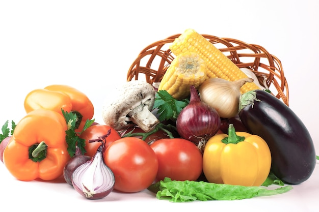 きのことさまざまな新鮮な野菜が籐のかごに入っています。i