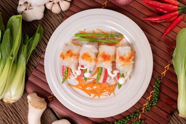 Грибы, морковь, спаржа и салат с лапшой