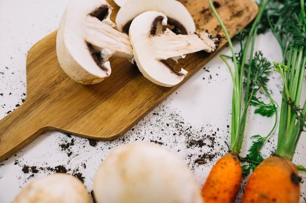 Funghi e carote con suolo