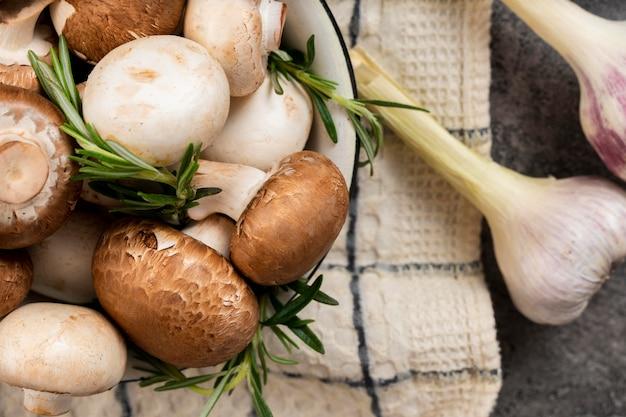 Disposizione di funghi e aglio