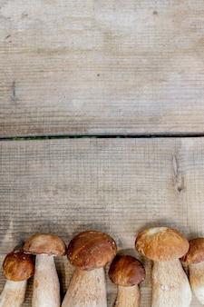 木製の素朴なテーブルのキノコ