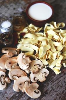 キノコのパスタのレシピ。パスタを調理しています。