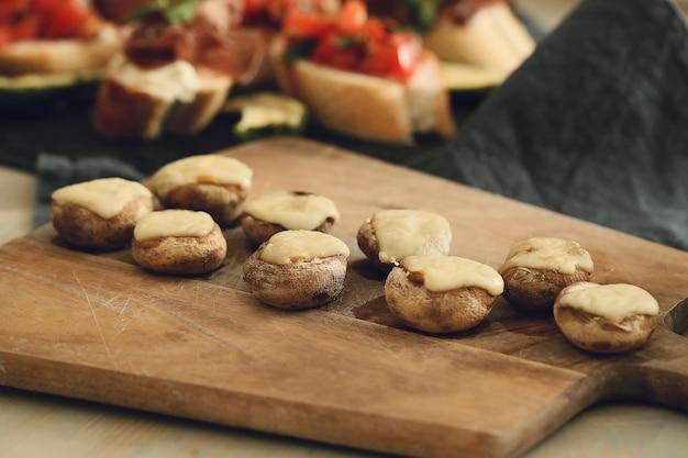 キノコとチーズ。伝統的なスペインのタパス