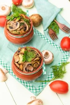 じゃがいもと肉のキノコを石窯の土鍋で調理。