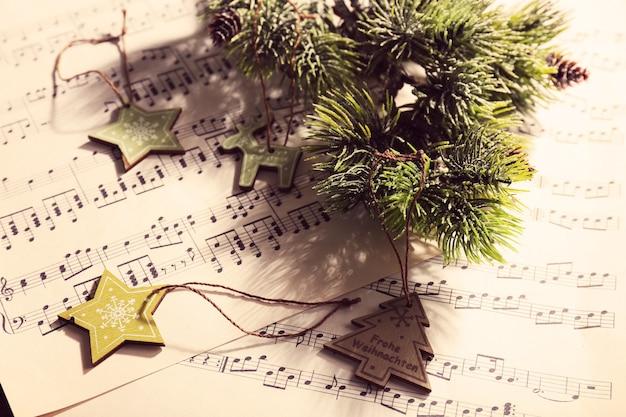 Музыка и рождественский декор крупным планом