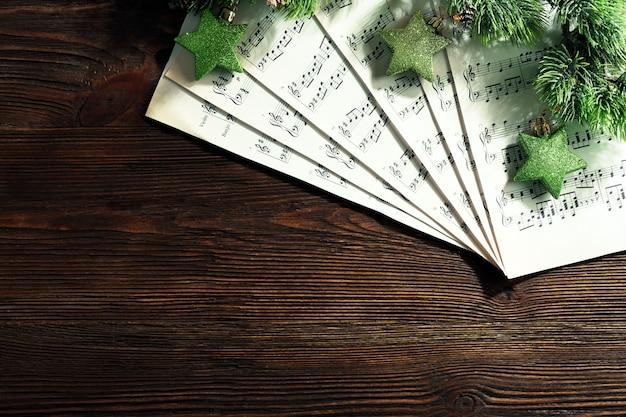 Музыка и рождественский декор на деревянном столе