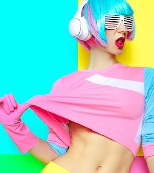 Музыка и любовь. минималистичный поп-арт. цвет ванили. девушка диджей. фитнес сладкие флюиды