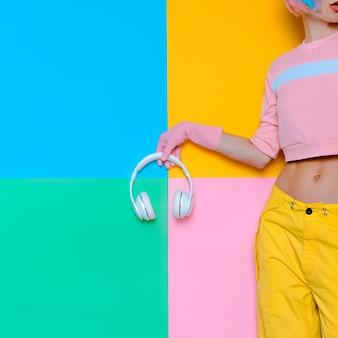 Музыка и любовь. минималистичный поп-арт. цвет ванили. девушка диджей.