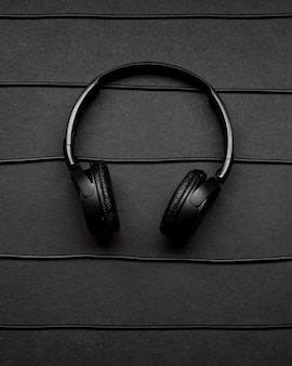Музыкальная композиция с черными наушниками и кабелями