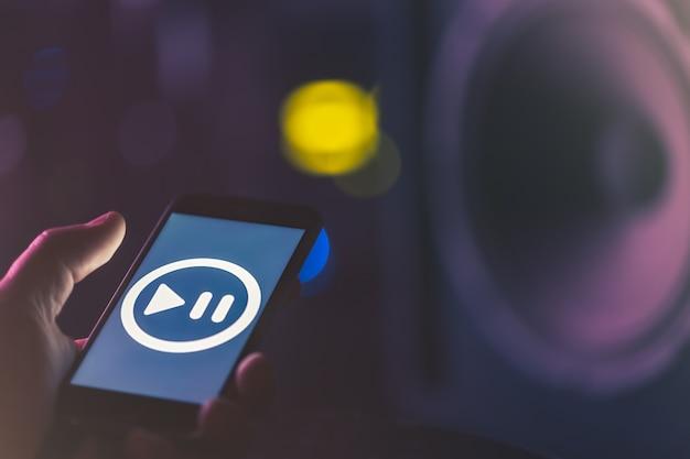 Музыкальный фон с телефоном и значком музыки, концепция современной технологии, слушать музыку.