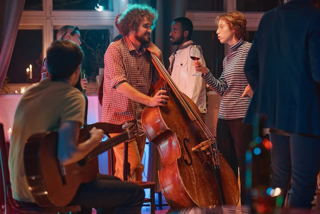 Музыкальная группа играет на вечеринке