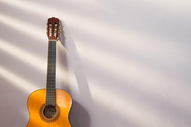 太陽光線とテキスト用のコピースペースを備えたスペインのギターの木管楽器の音楽バナー