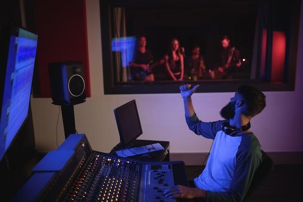 Музыкальный композитор показывает палец вверх