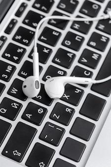 Музыкальная концепция - наушники над ноутбуком