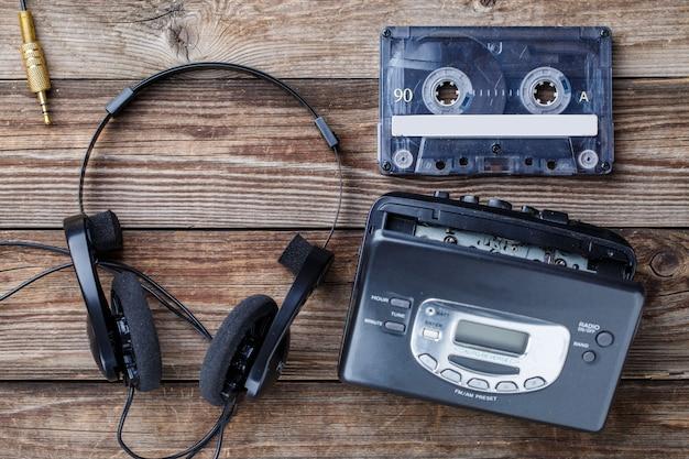 Музыкальная концепция. вид сверху кассеты, аудиоплеера и наушников.