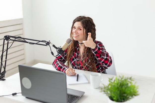 음악, dj와 사람들 개념-라디오에서 일하는 젊은 여자
