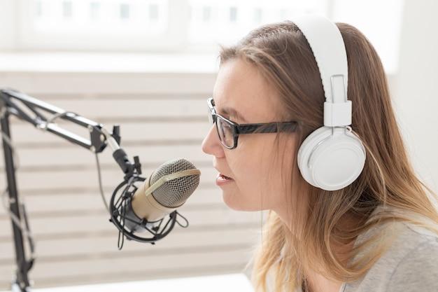 음악, dj, 블로깅 및 방송 개념-재미있는 표정으로 여성 라디오 호스트, 클로즈업