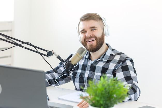 음악, dj, 블로깅 및 방송 개념 - 재미있는 표정을 가진 남성 라디오 진행자.