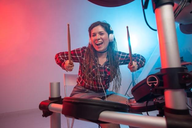 녹음 스튜디오에서 음악 전자 드럼 세트 및 취미 개념 여성 드러머