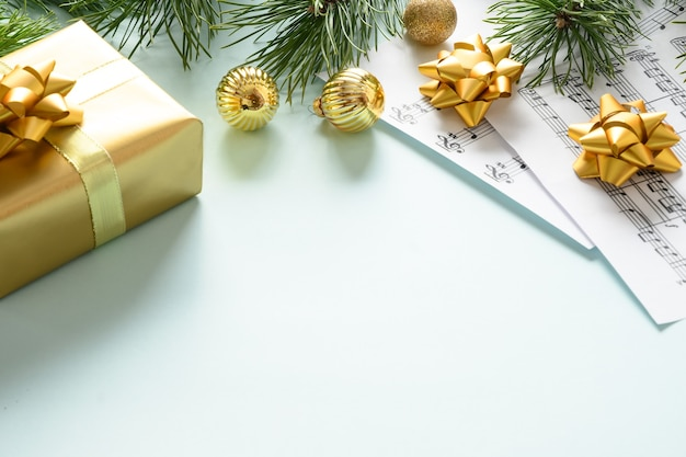クリスマスキャロルと歌うための音楽フレームは青に飾られた金色のボールを歌います