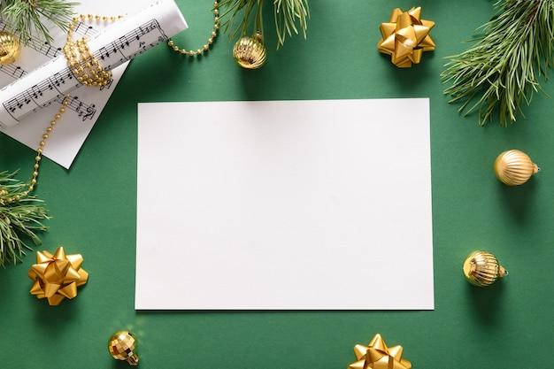Музыкальная рамка для рождественских гимнов и песен, украшенная золотыми шарами на зеленом