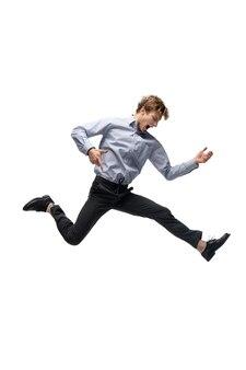 Музыка. счастливый молодой человек танцует в повседневной одежде или костюме, переделывая легендарные движения и танцы знаменитостей из истории культуры. изолированные на белом. действие, движение, концепция славы. творческое занятие.