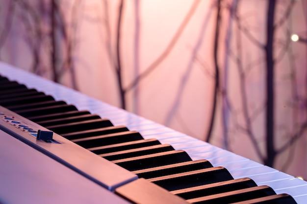 ぼやけた背景の色の照明の下で音楽キー。