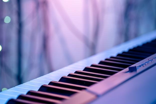 色付きの照明の下で音楽のキー