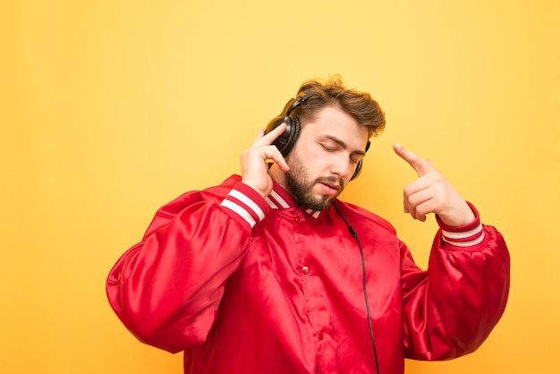 노란색 음악을 듣는 음악 애호가