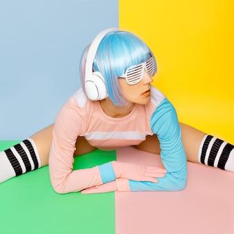 Любитель музыки. минималистичный поп-арт. цвет ванили. девушка диджей. кукольный стиль. фитнес-флюиды