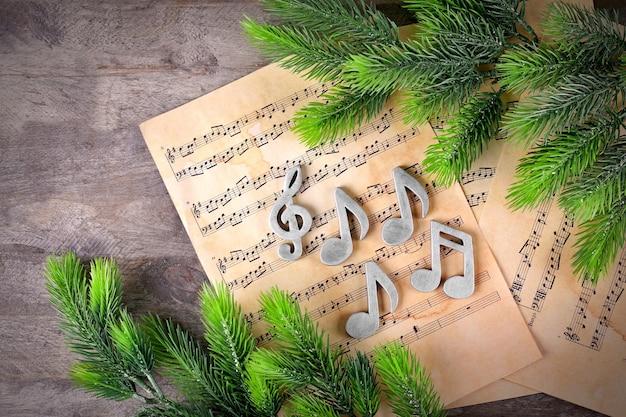 Ноты и елка на деревянных фоне
