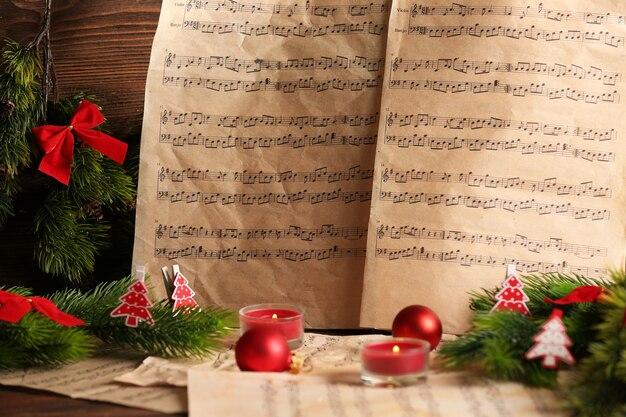 Ноты с рождественскими украшениями крупным планом