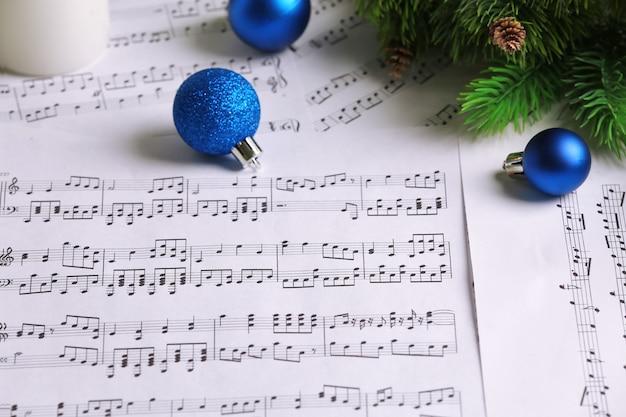 クリスマスの装飾が施された音符をクローズアップ