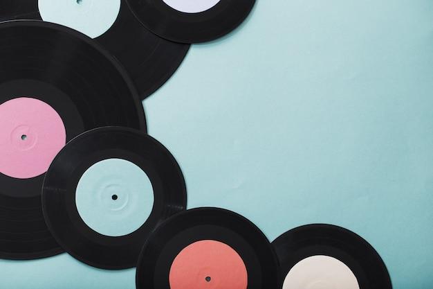 Музыкальные пластинки на бумажном фоне. концепция ретро музыки