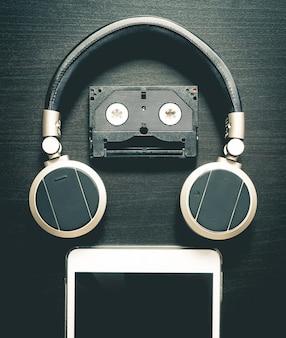 Музыкальный робот с использованием кассетной ленты и планшета для наушников