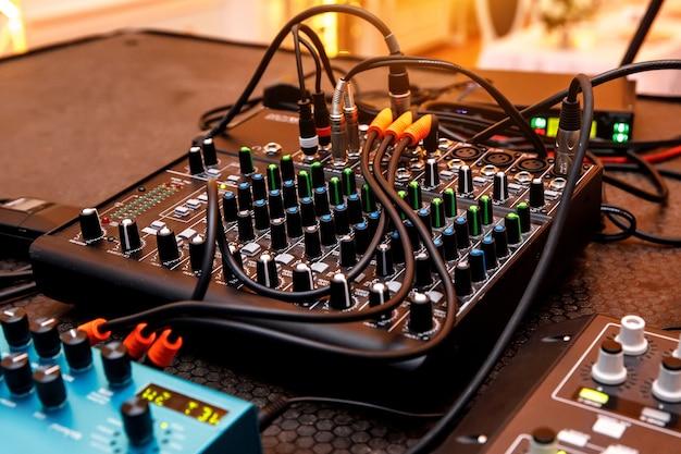 음악 볼륨 믹서 클로즈업입니다. 전선 및 연결.